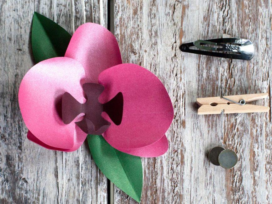 Прикрепите зажим к цветку