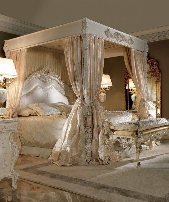 Комфортная кровать в историческом стиле