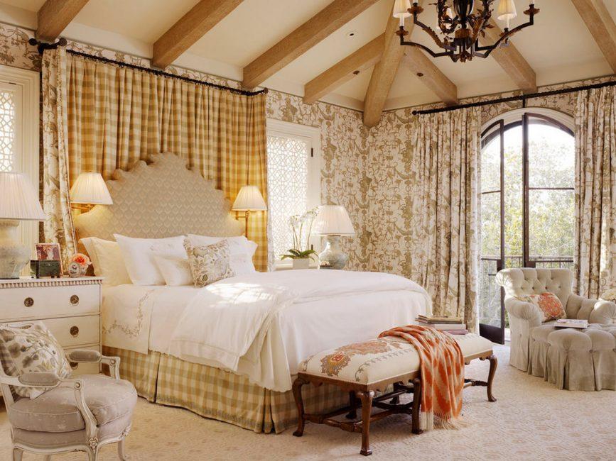 Высокая большая кровать в интерьере комнаты