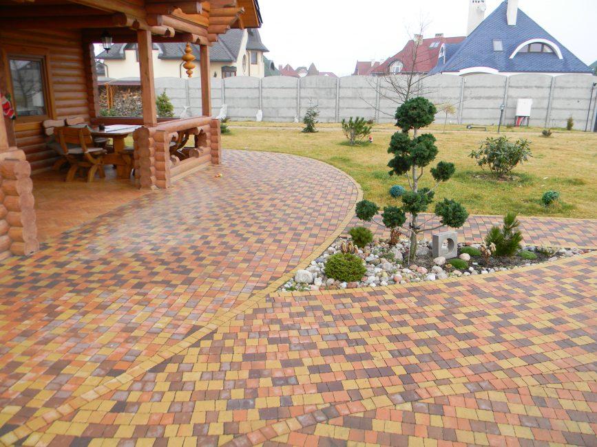 Простое и удобное покрытие для двора