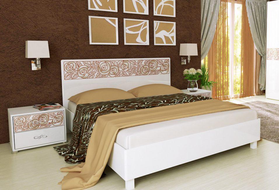 Белая кровать с цветочным декором на фоне контрастно-темной стены