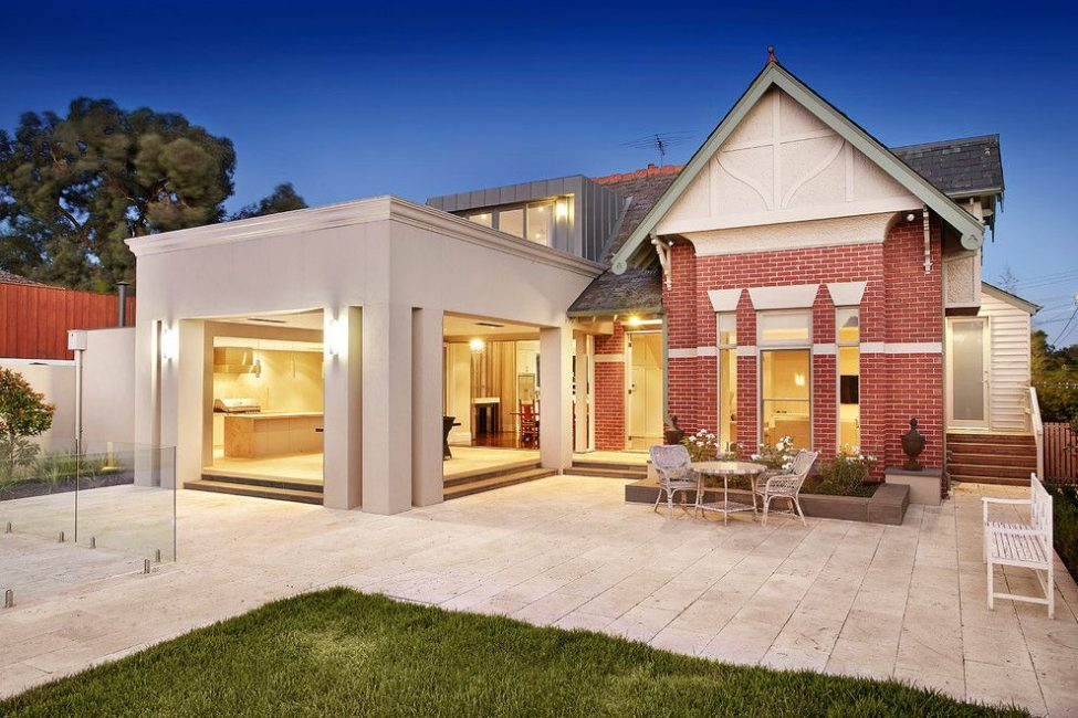 Проверенный временем материал и современный дом отлично сочетаются
