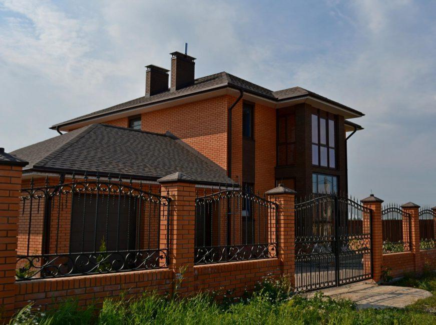 Забор можно сделать из того же материала что и дом