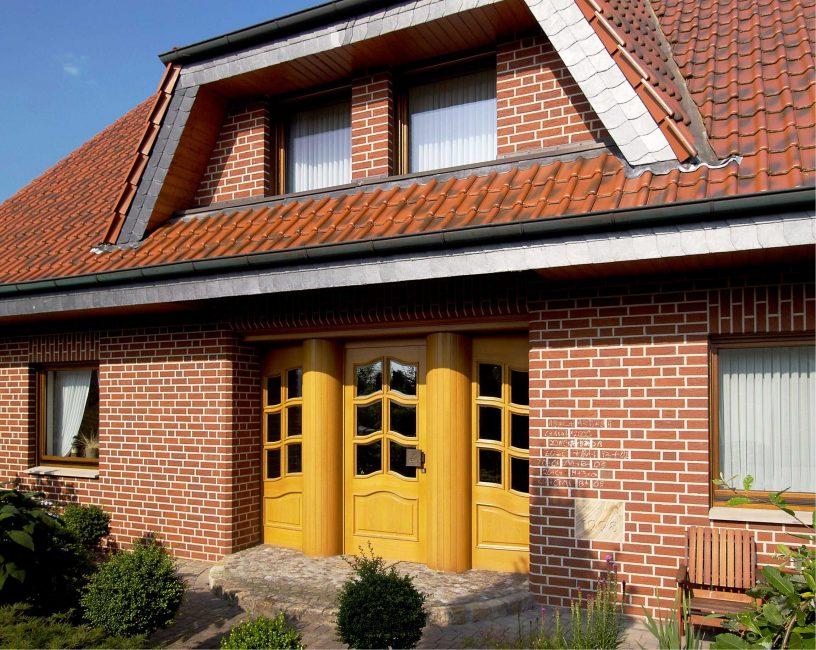 Двери желтого цвета - теплый насыщенный акцент в композиции
