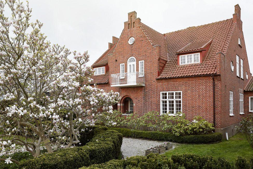 Стены и крыша одного цвета и контрастный белый на окнах и балконе