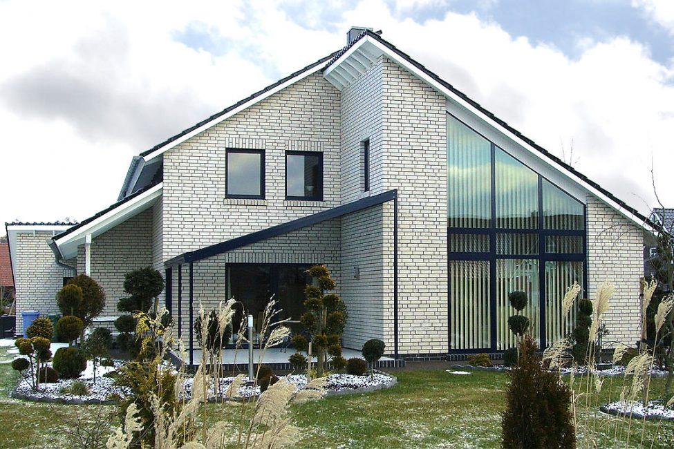 Дом в черно-белых цветах