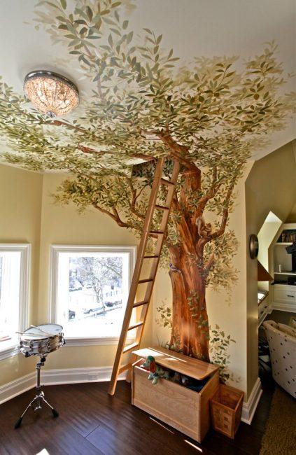 Дерево на фреске продолжается со стены на потолок