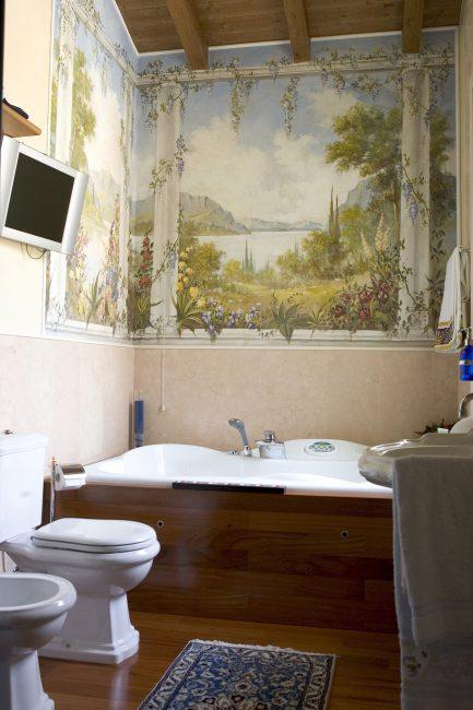 Даже туалетная комната может быть украшена фреской на подрамнике