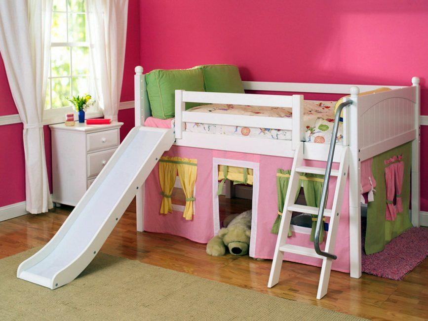 Оборудован домик для малышей внизу кровати