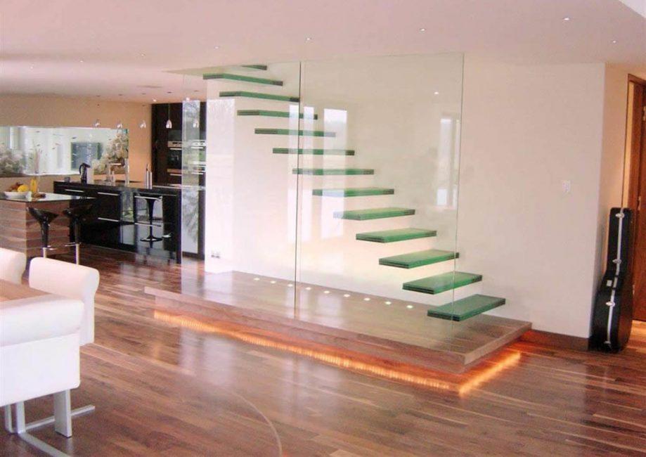 Впечатляющая консольная конструкция из стекла