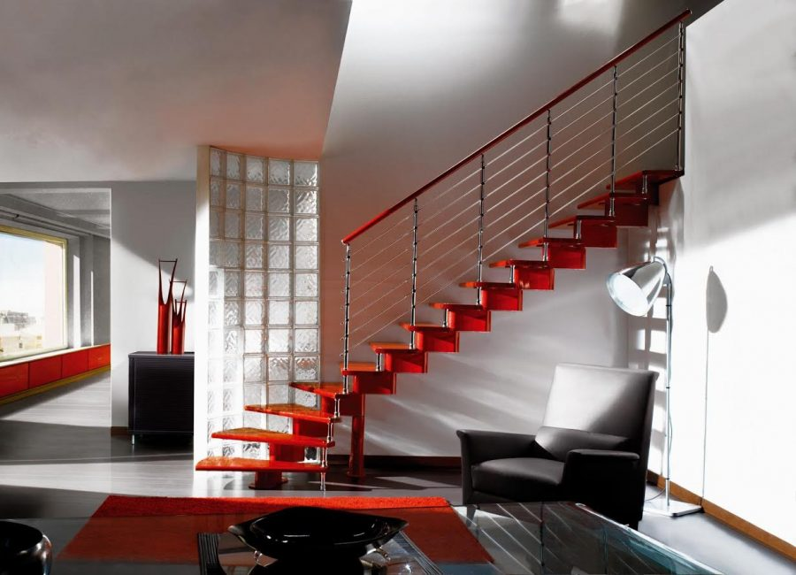 Яркая лестница на второй этаж