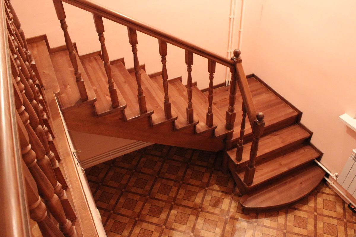 Маршевая угловая лестница из дерева
