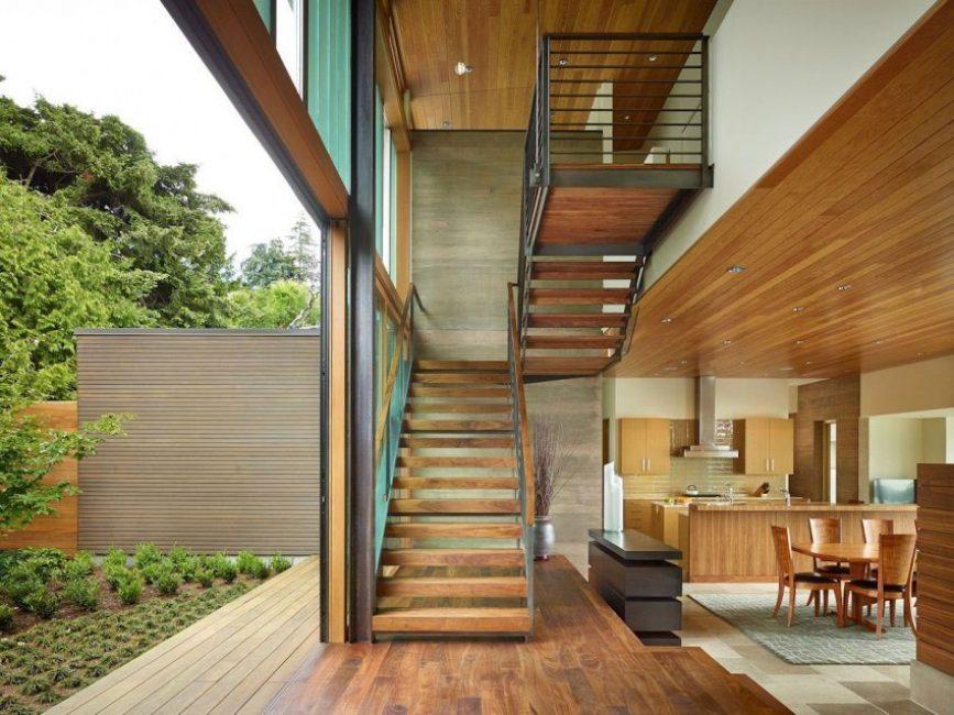U-образная лестница в загородном доме