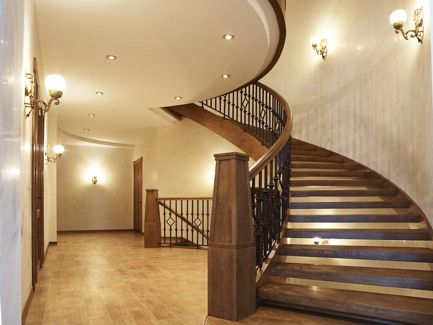Арочная лестница между этажами отеля