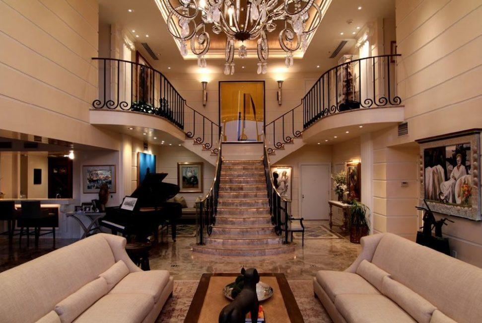 Мраморная Т-образная лестница в холле