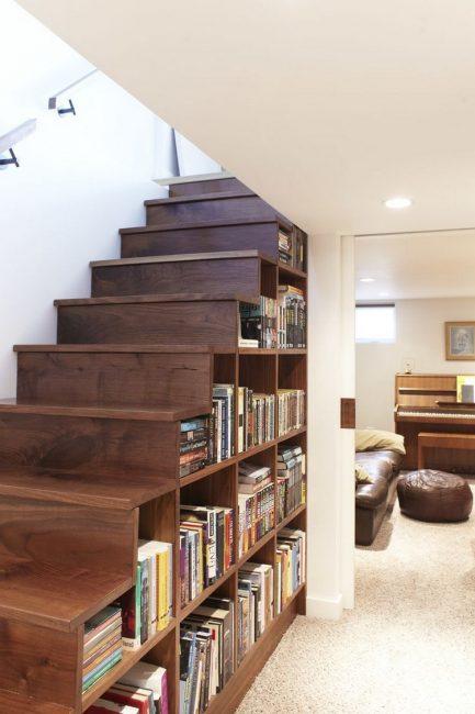 Мини-библиотека под лестницей