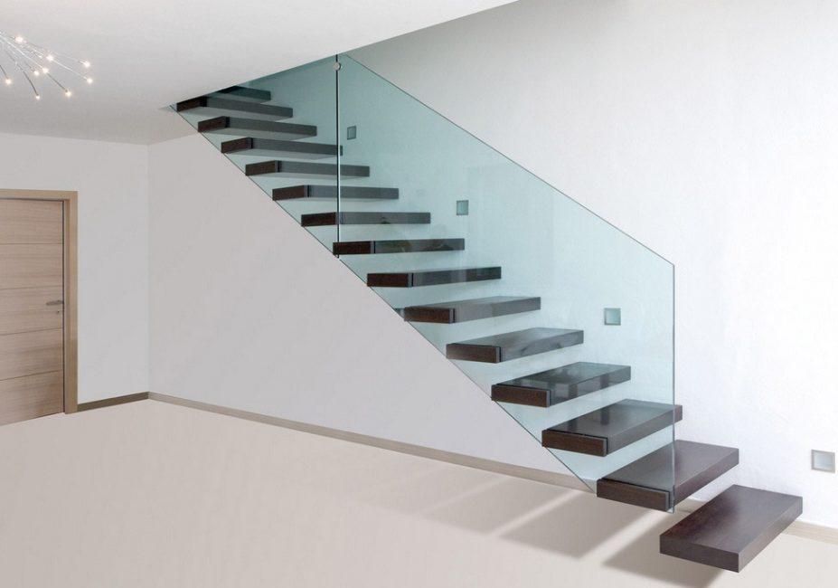 Сочетание стекла и дерева в дизайне консольной лестницы