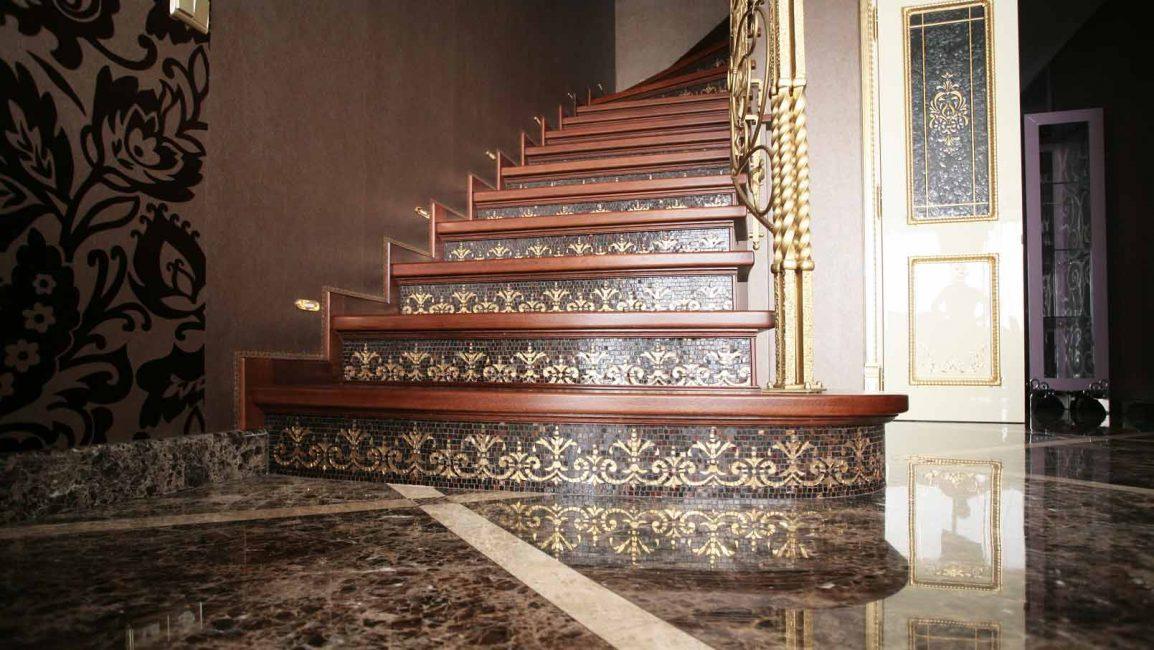 Лестница с мозаикой из золотой смальты