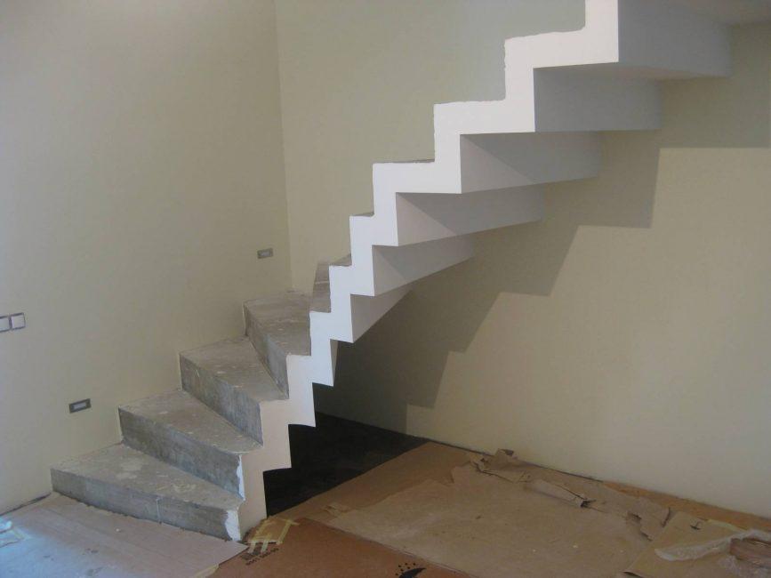 Бетонная лестница в процессе изготовления