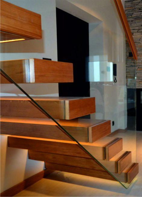 Консольная лестница со стеклянным экраном