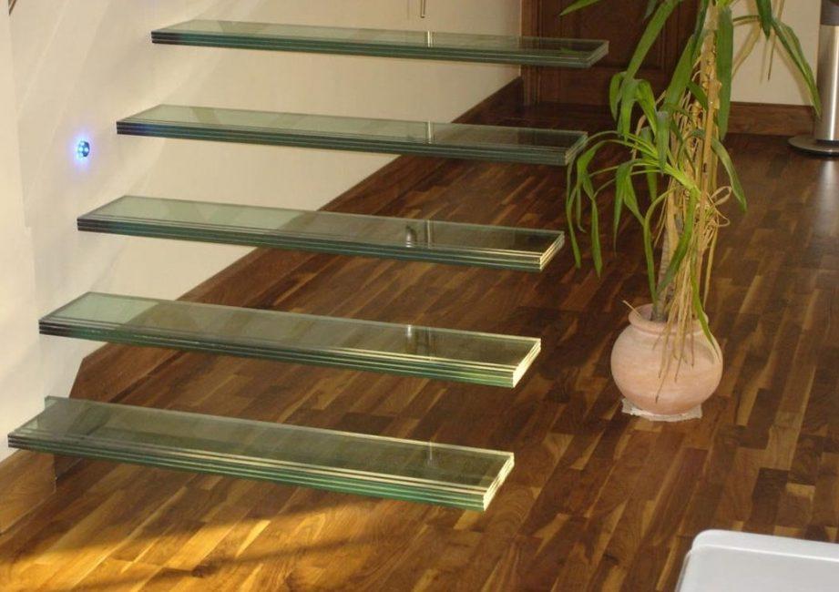 Стеклянная лестница с консольным закреплением в стену