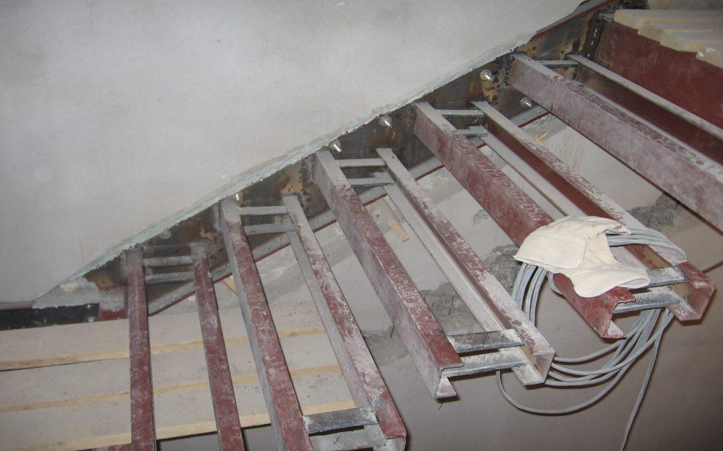 Крепление консольных лестниц к стене
