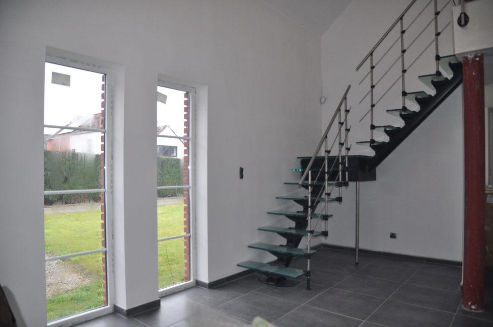 Модульная лестница со ступенями из стекла