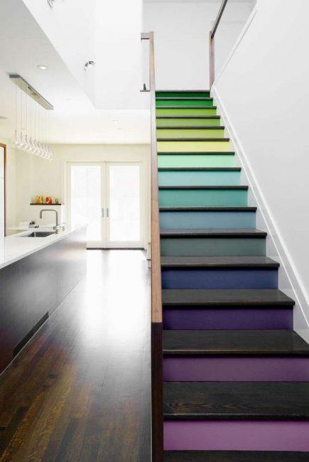 Разноцветные ступеньки - яркий акцент в интерьере