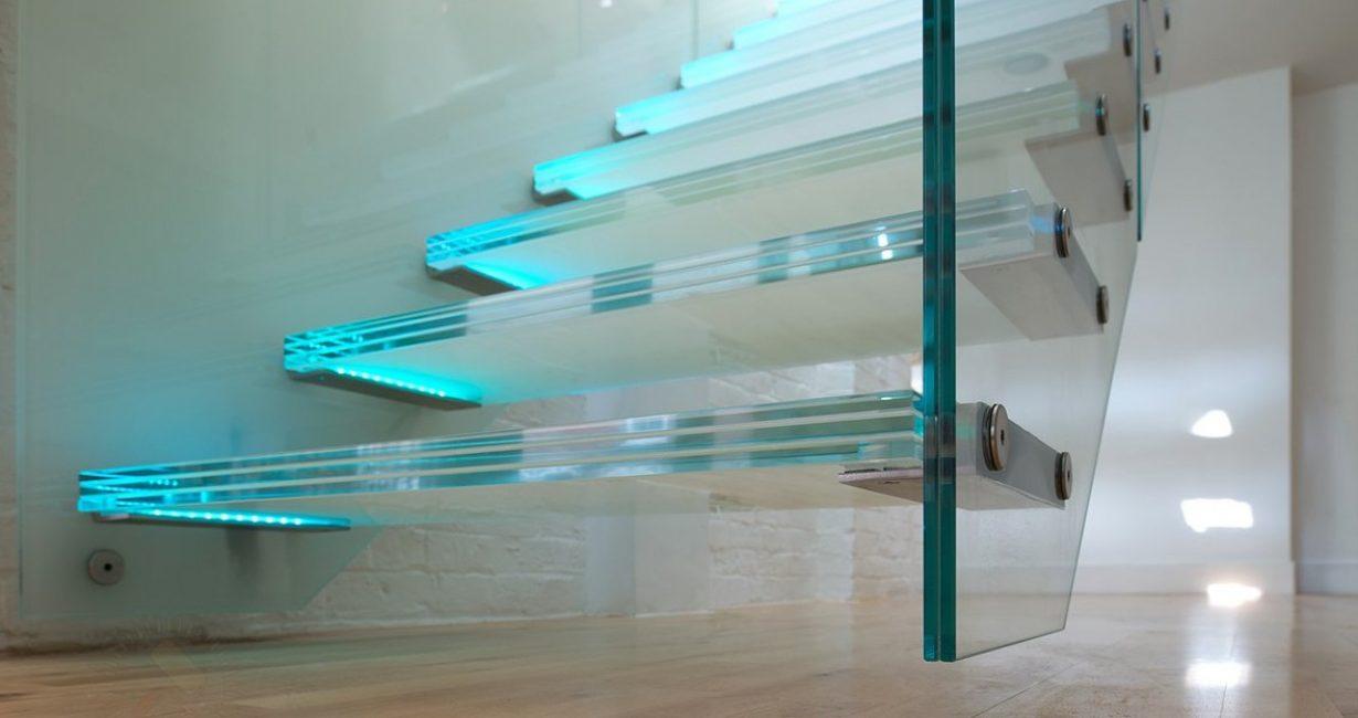 Стеклянная консольная лестница с подсветкой