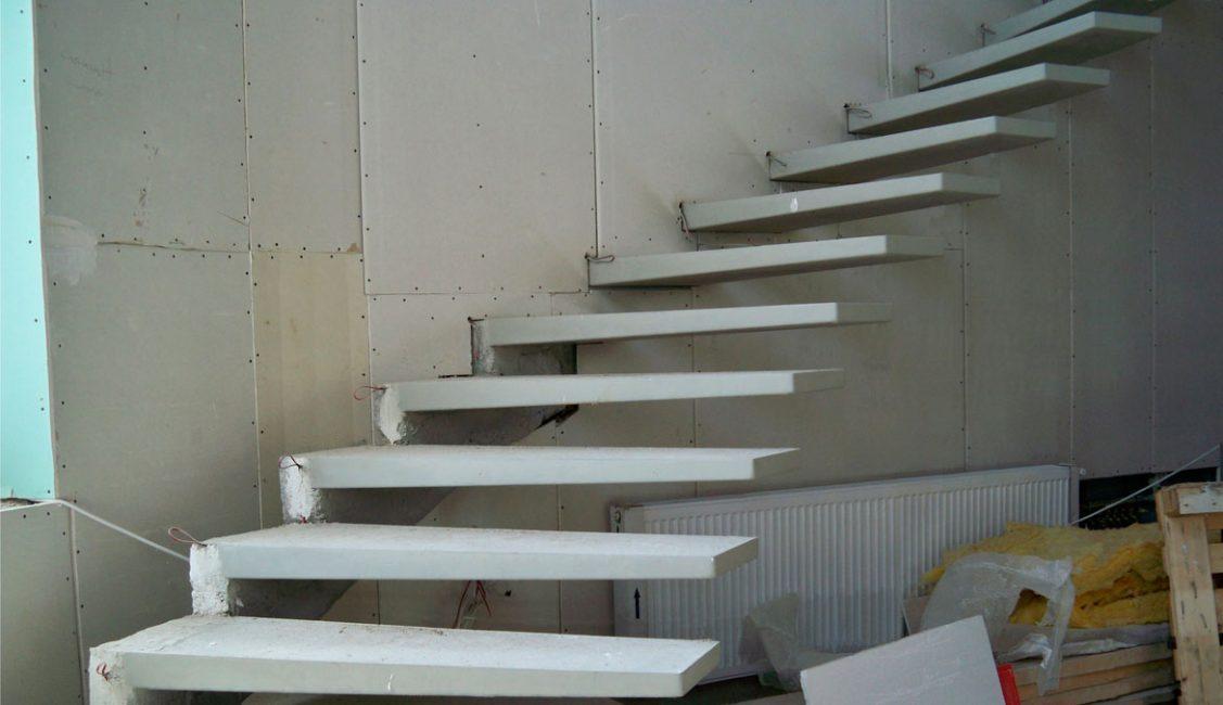 Установка консольной лестницы из бетона