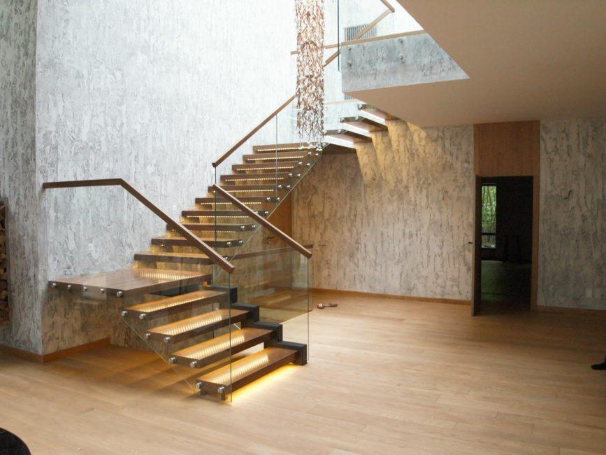 Сочетание разных материалов и подсветки в дизайне лестницы