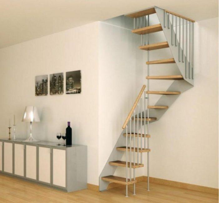 Лестница на второй этаж в маленьком доме