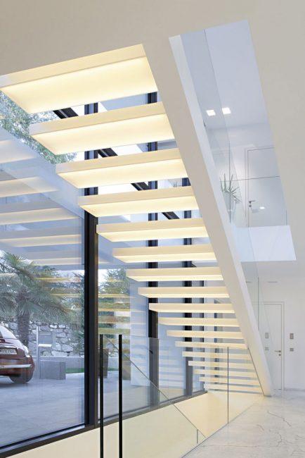 Консольная лестница со светящимися ступенями