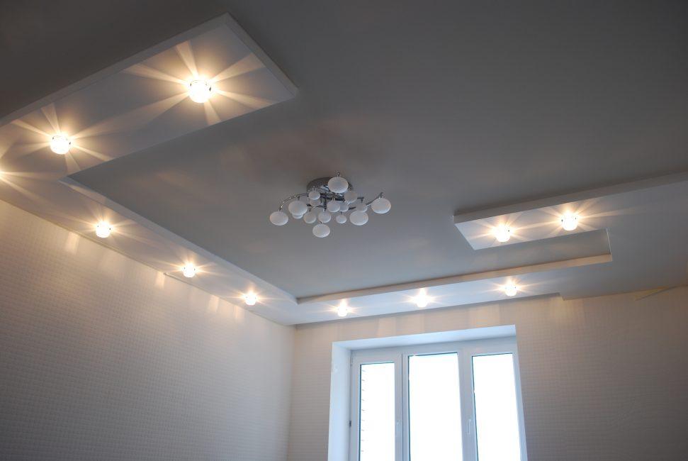 Правильные осветительные приборы для натяжного потолка