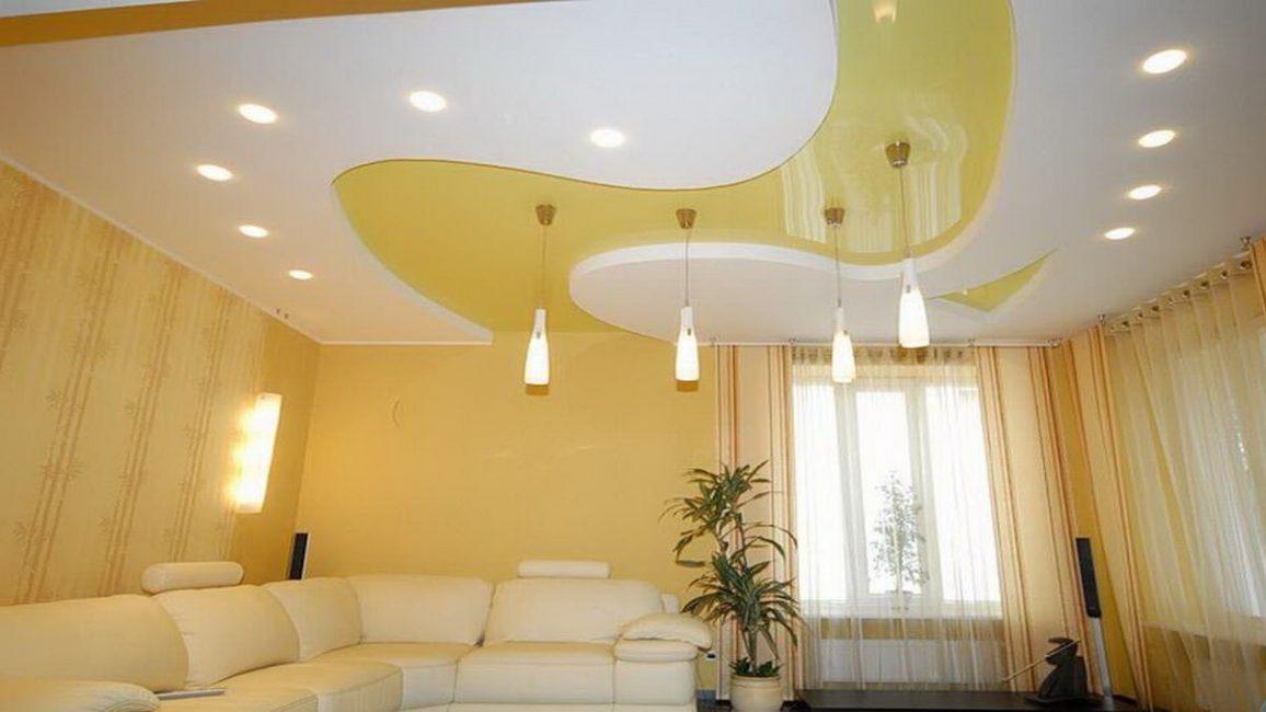 Вертикальные люстры в интерьере гостиной