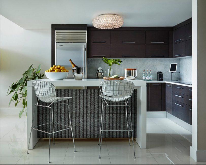 Потолочное изделие в тон кухни