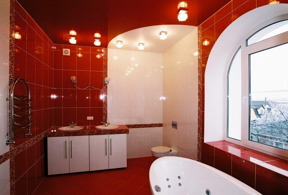 Светлая ванная даже при темной отделке стен
