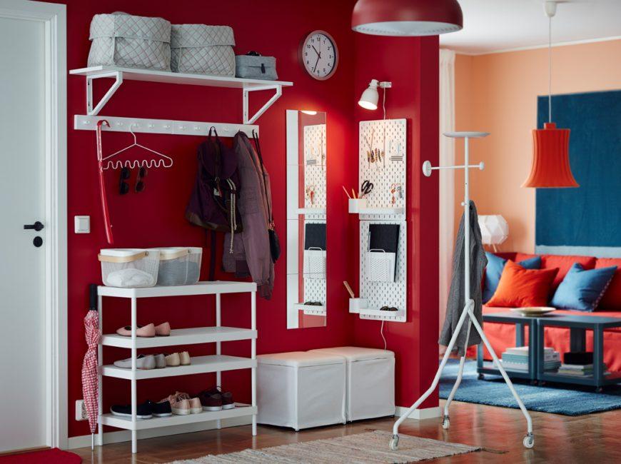 Яркое сочетание красной стены со снежно-белыми стеллажами и подставками для обуви