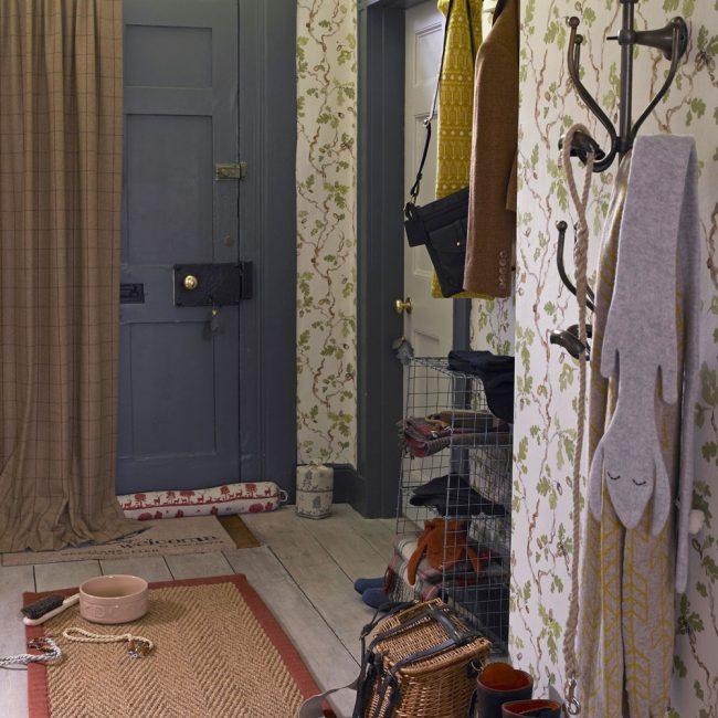 Коврик с приветственной надписью в помещении в деревенском стиле