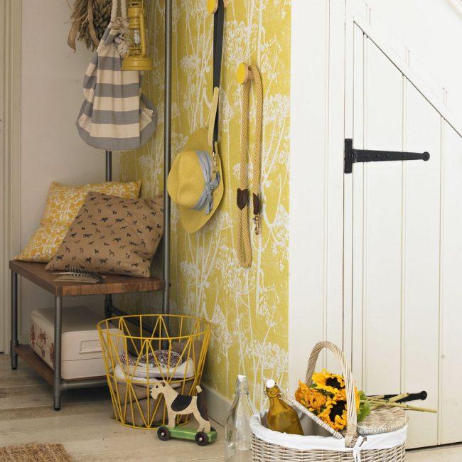 Светлый деревянный пол в стиле кантри с желтыми обоями
