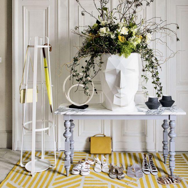 Смелый креативный декор в стиле модерн с желтым ковром