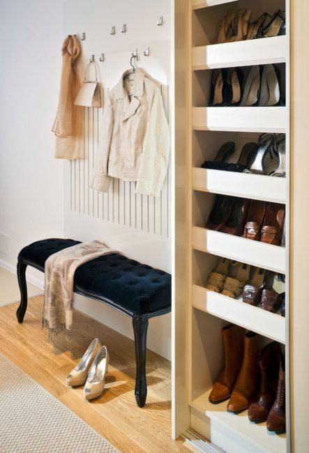 Сэкономить место поможет узкий шкаф для обуви и настенная вешалка