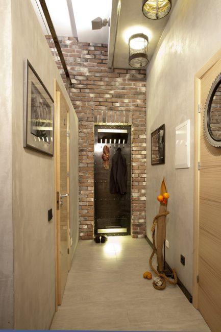 Металлическая вешалка и голый кирпич - подчеркнут стиль лофта в помещении