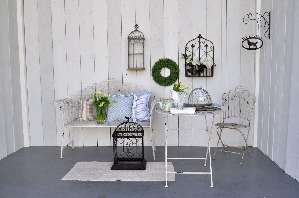 Смело используйте в этом стиле кованую мебель и другие элементы декора