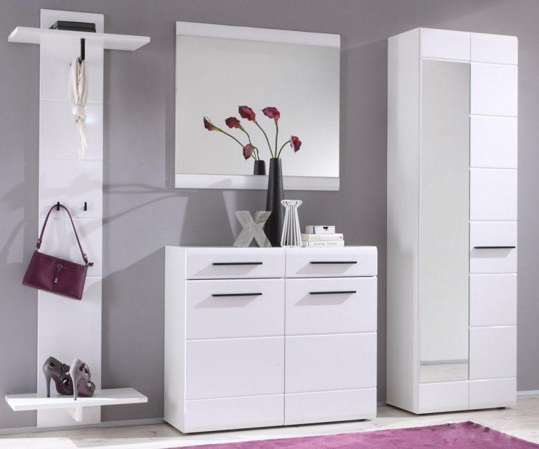 Белый цвет стильной мебели можно подчеркнуть яркими акцентами