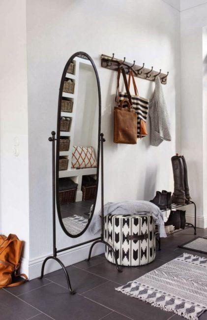 Небольшой пуф с текстильной обивкой и шерстяной коврик придадут скандинавского шарма