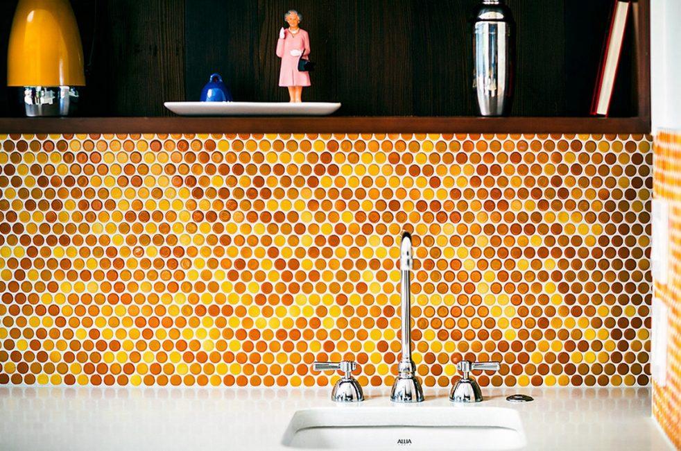 Фартук напоминающий медовые соты, теплый акцент в вашем интерьере