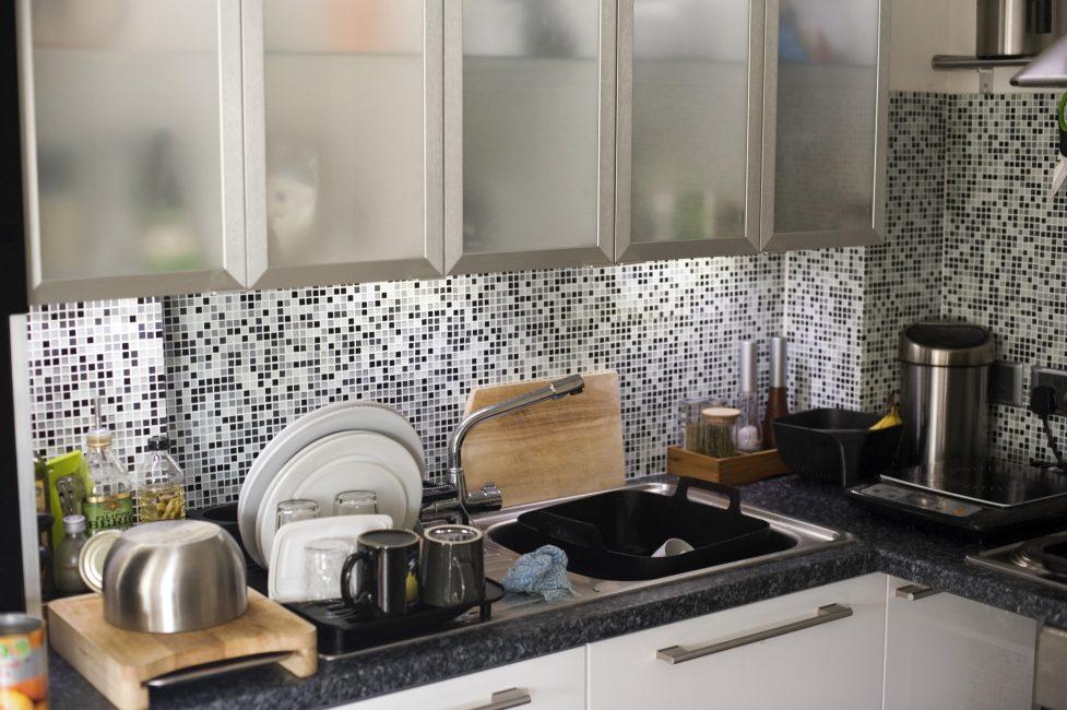 Кухня в стиле модерн со стеклянными плитками с черно-бело-серым цветовым миксом