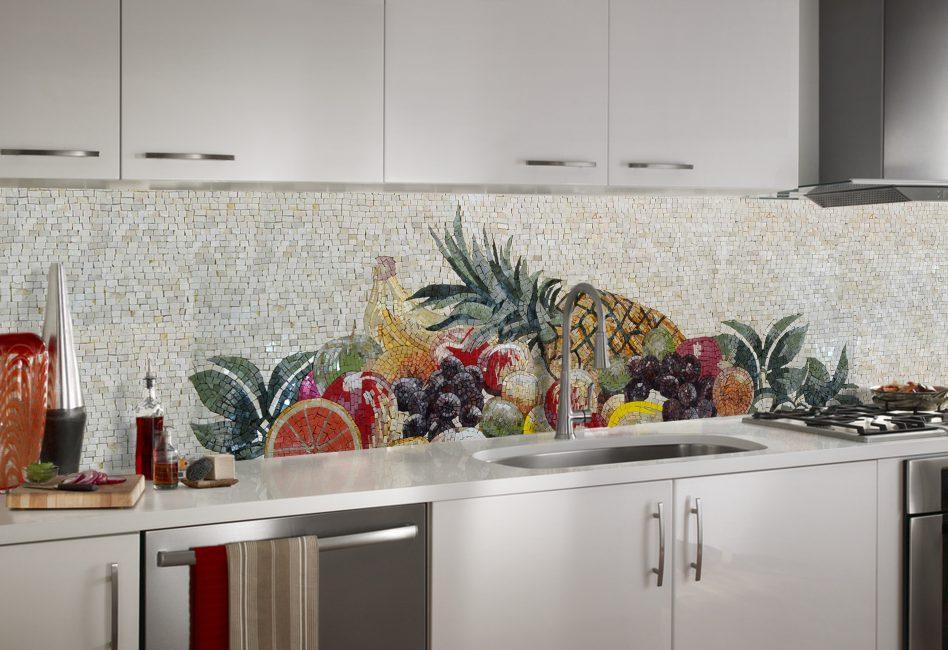 Красочное мозаичное панно из овощей и фруктов