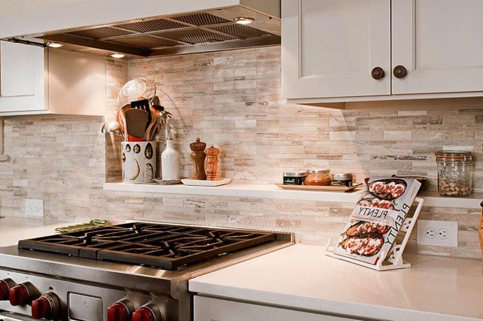 Белая кухня с фартуком из камня у рабочего места